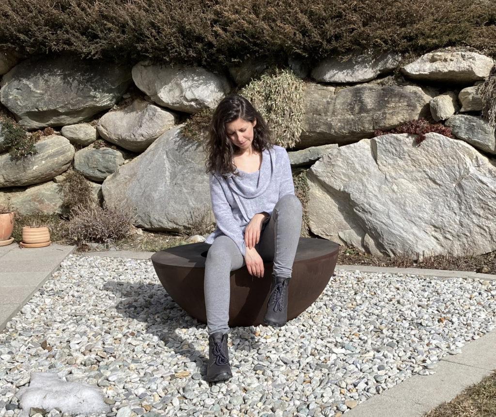 girl wearing feelgrounds boots